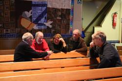 de vijfig aanwezigen discussieren tijdens de vierde bijeenkomst  in kleine groepjes