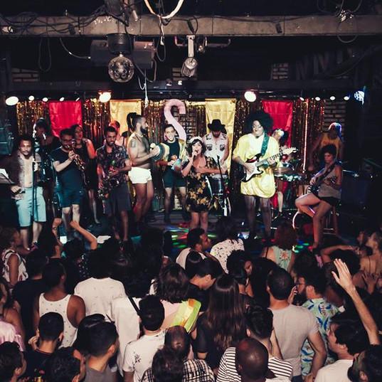 Apresentação da banda Garotas Solteiras na festa Bem Garota #2, no Studio Bar, em 2017