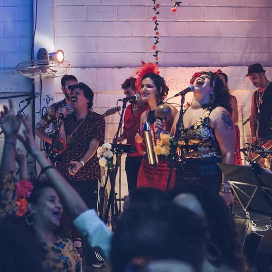 Apresentação da Orquesta Atípica de Lhamas na festa El Baile da la Lucha Libre, no Bar Latino, em 2018