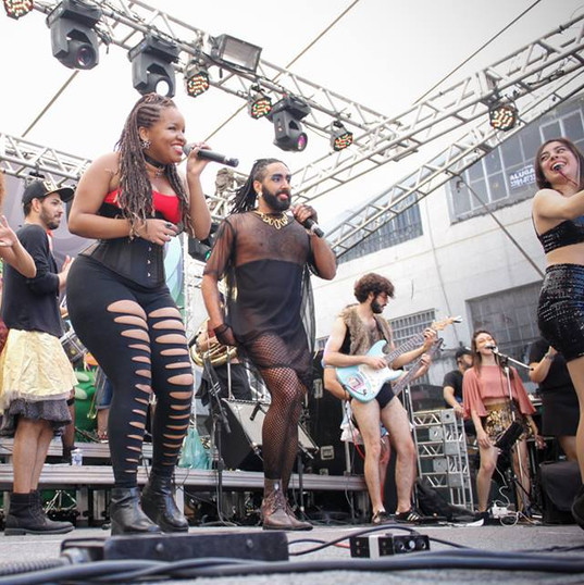 Apresentação de estreia da banda Garotas Solteiras na Virada Cultural de Belo Horizonte, em 2016