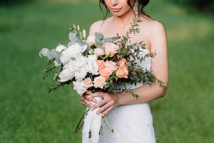 elegant-wedding-bouquet-of-fresh-natural