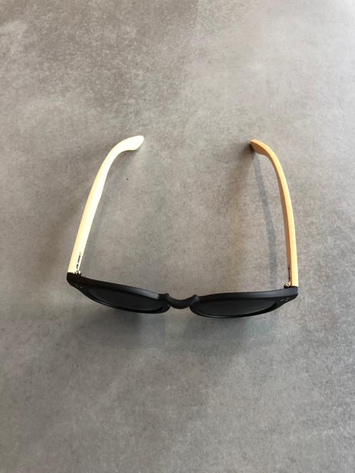c47d69b0bb560d Sonnenbrille aus fairer Produktion mit Bügeln aus Bambus und einer Fassung  aus recyceltem Kunststoff. Die Gläser geben durch »UV400« Standard Schutz.