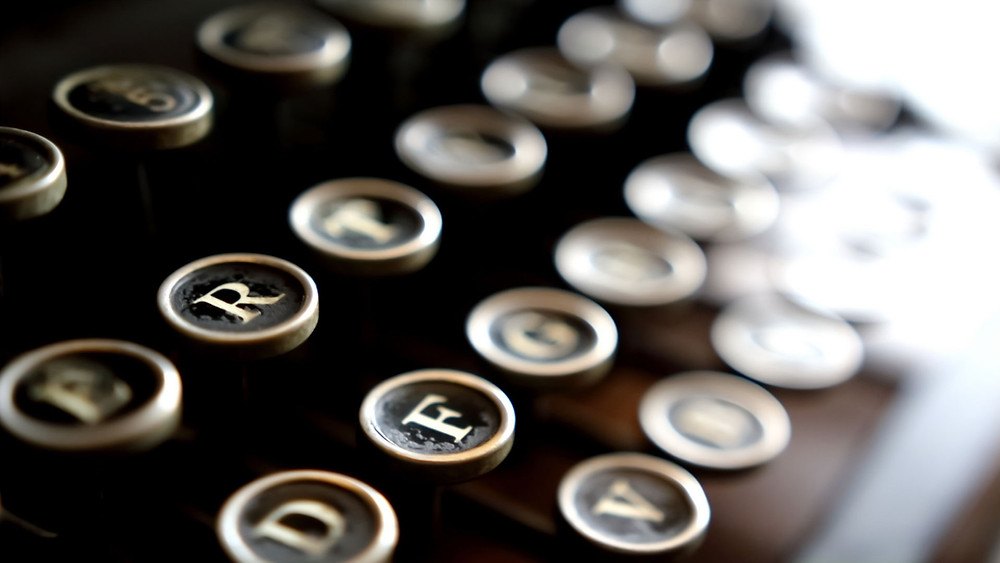 A close up of some old style qwerty typewriter keyboard