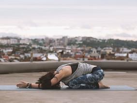 Yogaübung zum Entspannen und Loslassen