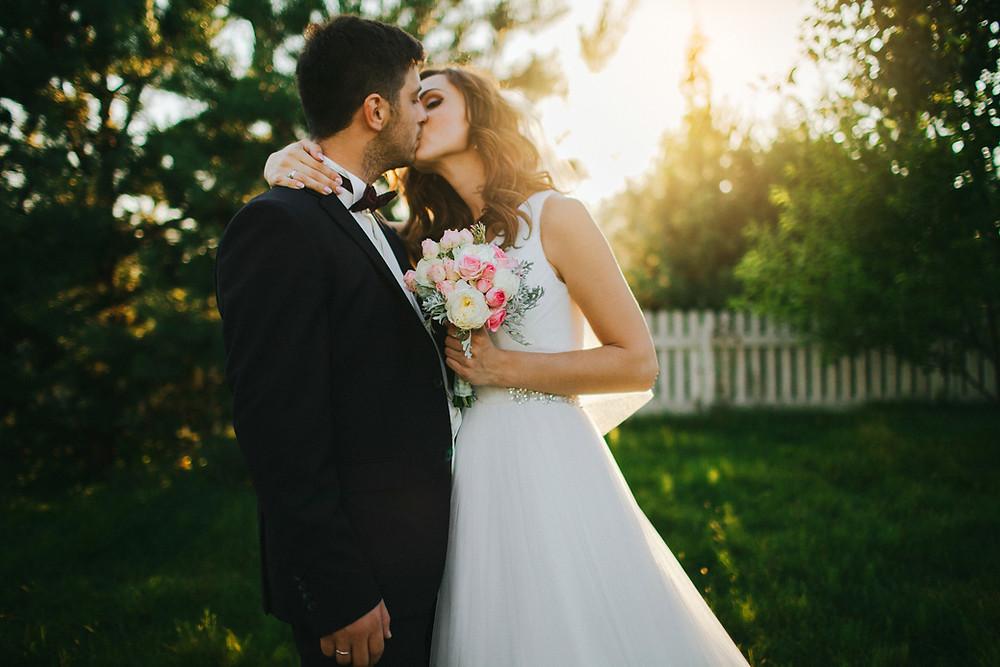 蝶ネクタイの新郎と花嫁のキス