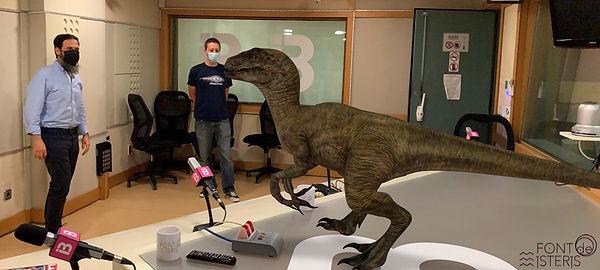 dinosaurio en el estudio.jpg