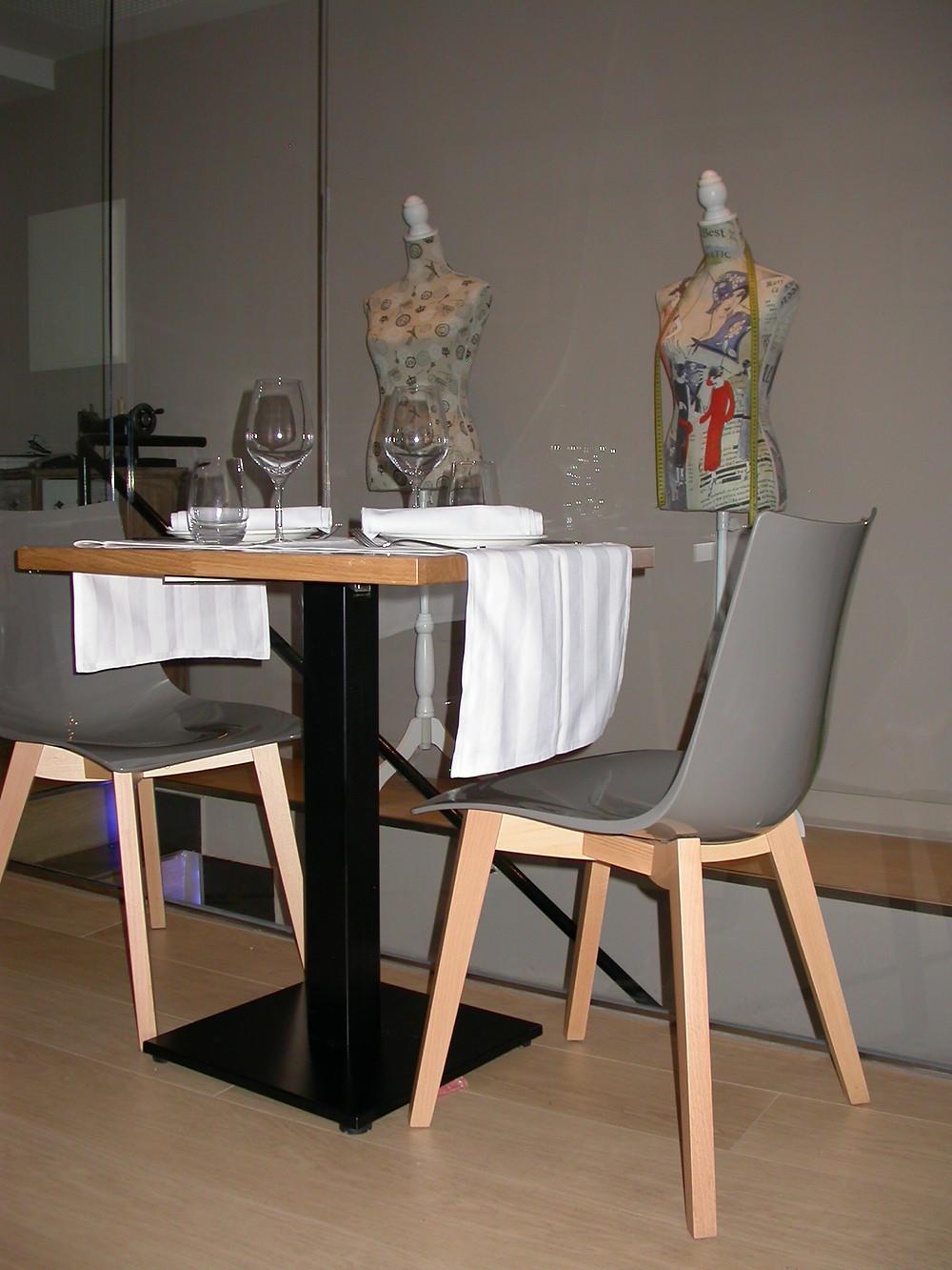 Restaurante, mesa y sillas.