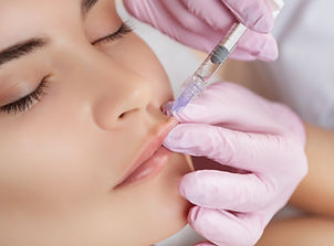 The doctor cosmetologist makes Lip augme