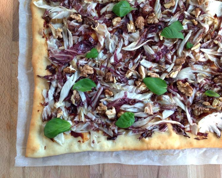Pizza mit Radicchio und Nüssen