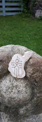 Bois fossile gravé Rune cosmique protection