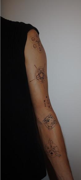 tatouage chamanique symboles bras