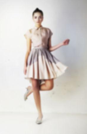 ブラウスとスカートでモデル
