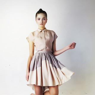 Modelo en blusa y falda