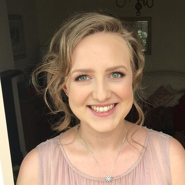 Glowing bridesmaid makeup and loose curl