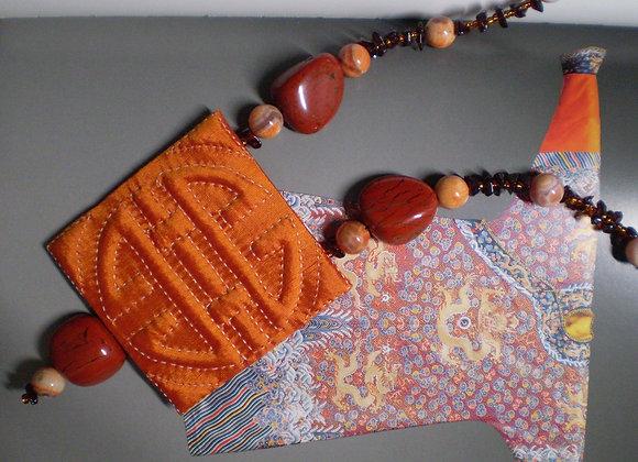 Collier ÉTERNITÉ orange, soie et pierres fines.