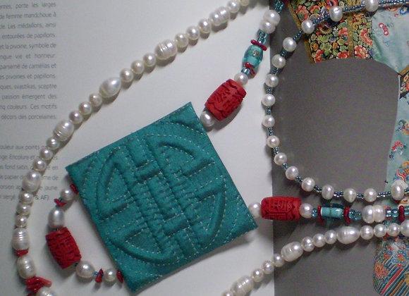 Collier ÉTERNITÉ bleu, soie et pierres fines.