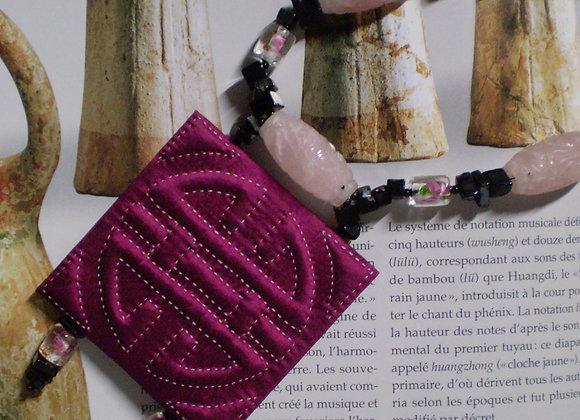 Collier ÉTERNITÉ violet, soie et pierres fines.