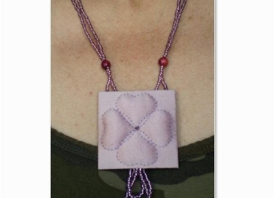 Collier  TREFLE en boutis de soie :
