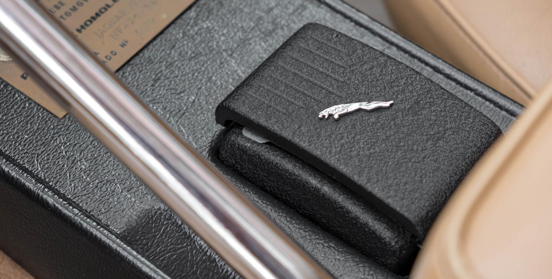 Jaguar E-Type V12 Cabrio Stand-4.jpg