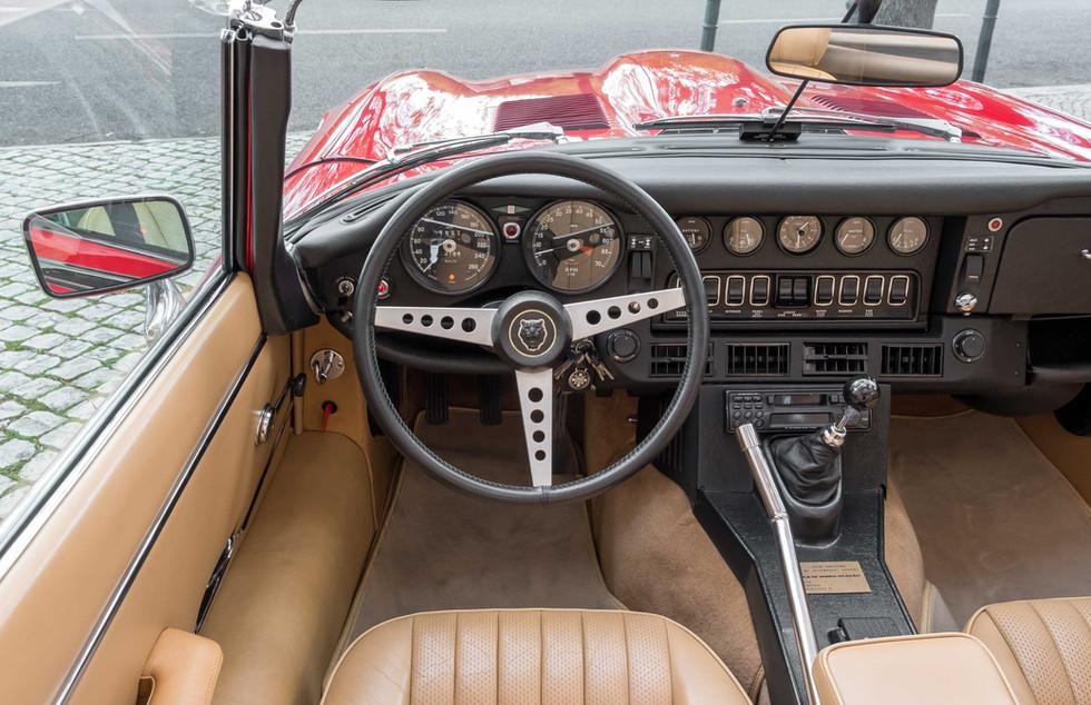 Jaguar E-Type V12 Cabrio Stand-6.jpg