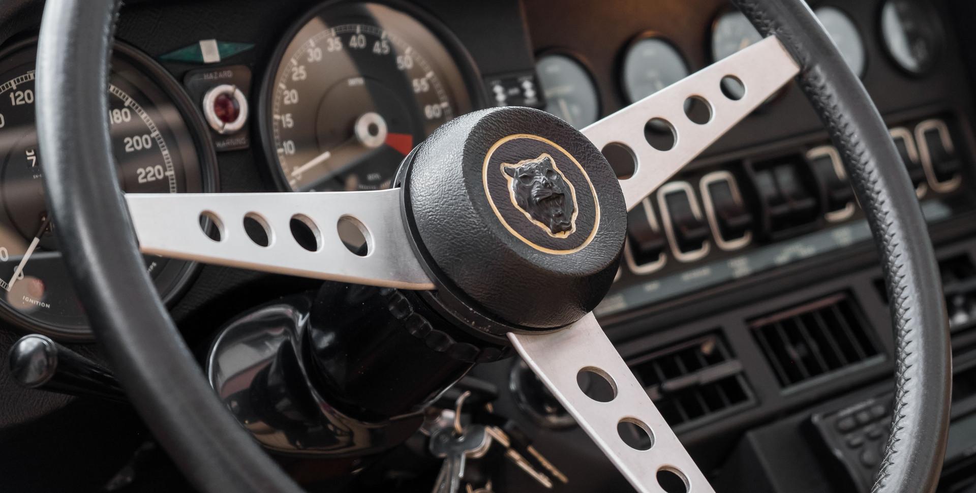 Jaguar E-Type V12 Cabrio Stand.jpg