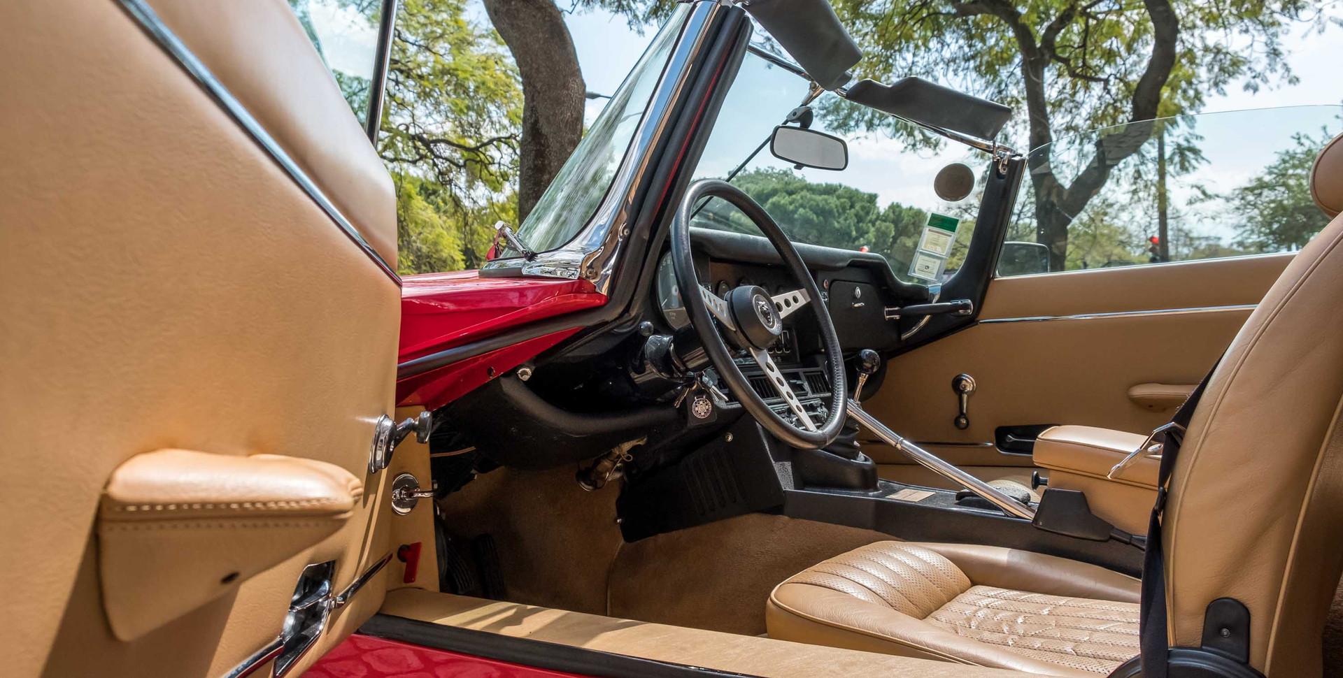 Jaguar E-Type V12 Cabrio Stand-17.jpg