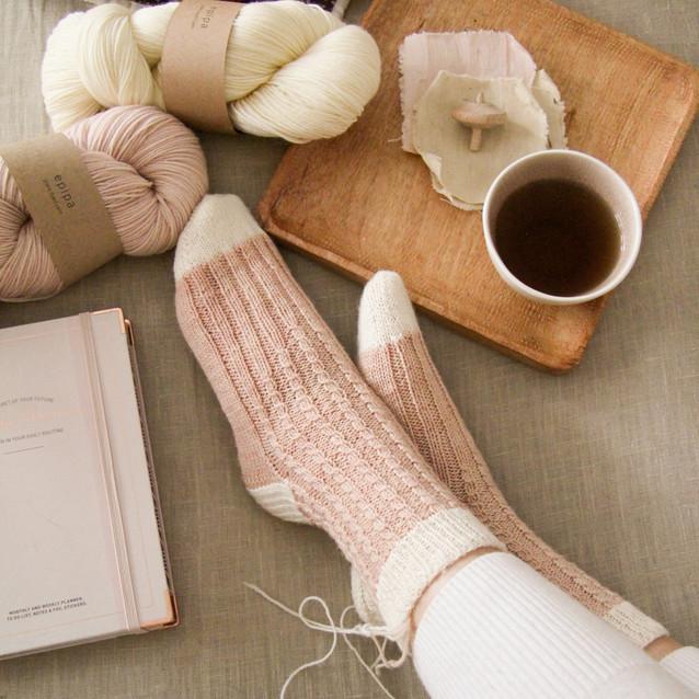 Socken mit Zopfmuster - Heidekraut & ecru - epipa yarns