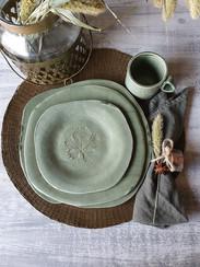 trio d'assiettes 27, 25, et 22 cm en grès blanc, émail vert foncé