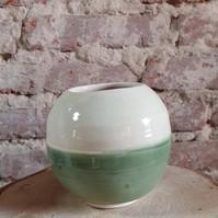 Vase boule en grès blanc émaillé