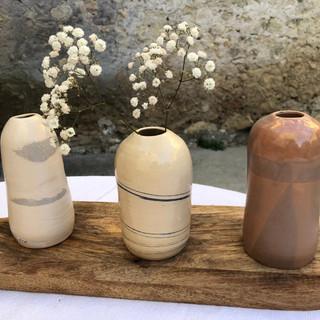 Petite colection de vases en grès, rondes, bouteilles, boules, des petits et des grands formats.