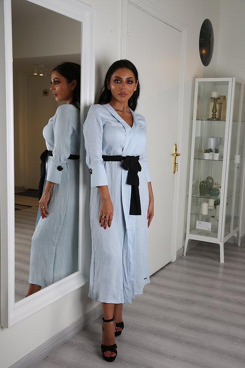فستان ناعم بأكمام طويلة وحزام على الخصر