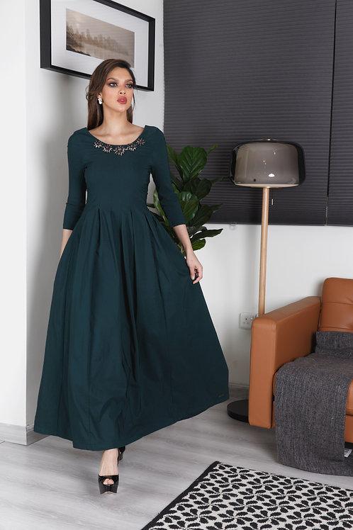 فستان مطرز بتصميم أنيق وعصري