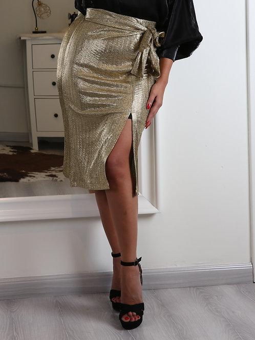 تنورة قصيرة بلمعة وحزام على الخصر أنيقة وعصرية