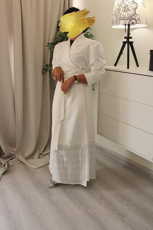عباية  بيضاء  بحزام على الخصر بتصميم عصري