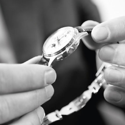 Eine gewissenhafte Endkontrolle, das A und O einer Uhren Produktion von Zeitmanufaktur
