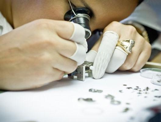 Uhrmacher beim Zusammenbau einer mechanischen Armbanduhr. ZEITMANUFAKTUR