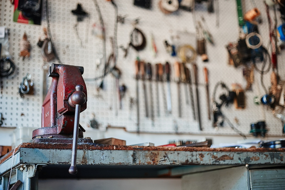 work bench, image by Free-Photos, on Pixabay
