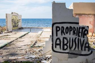 Criptica - Spiagge abusate - A Carini gli artisti dipingono le loro esclamazioni
