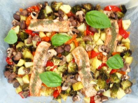 Salmon and veggies tray bake
