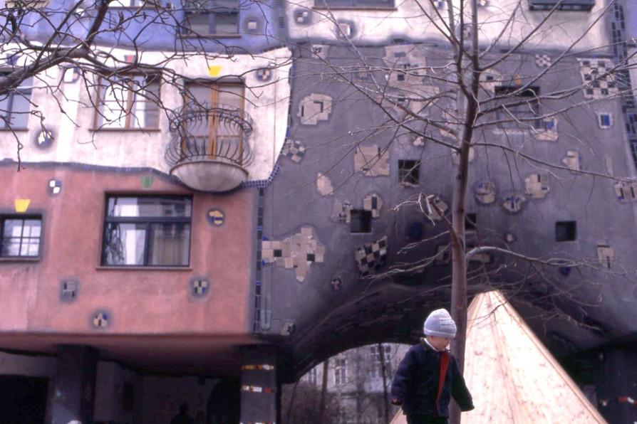 フンデルトヴァッサーハウスで遊ぶ子供 (ウィーン)