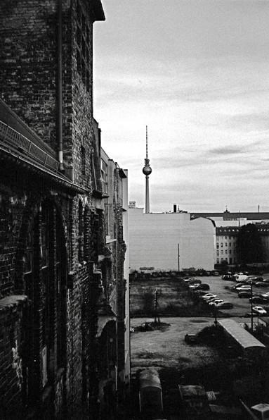 旧東ベルリンの古いビルから見たテレビ塔 (ベルリン)