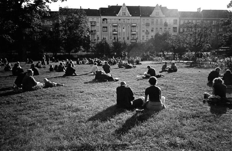 芝生で日光浴をする人たち (ベルリン)