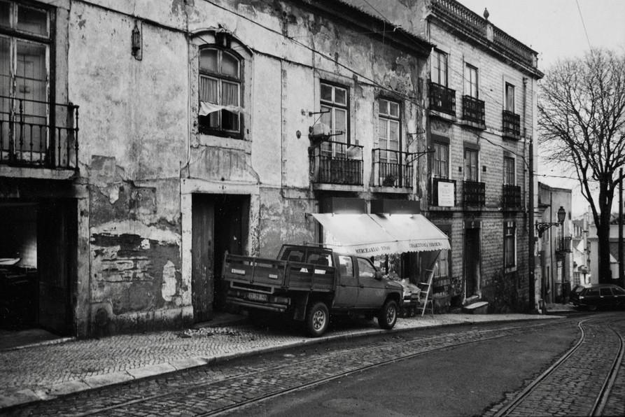 線路通りの古い商店 (リスボン)