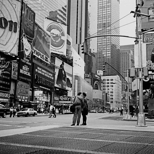 赤信号で抱き合う二人 (ニューヨーク)