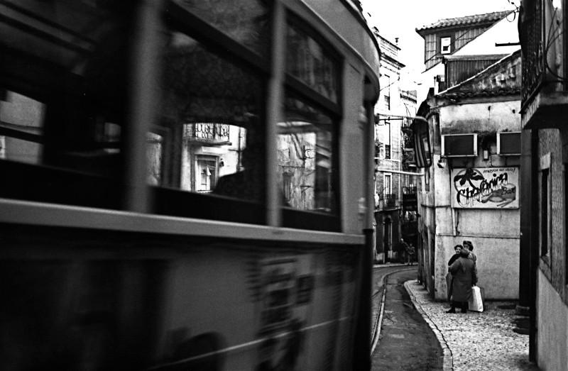 軒先を通過する市電 (リスボン)