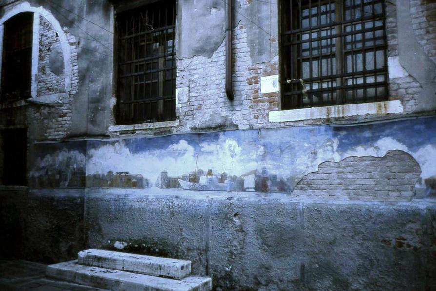 古い家の壁面に描かれていた絵 (リスボン)