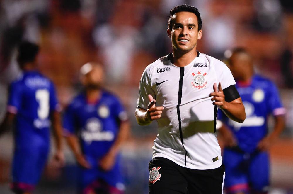 Jadson comemora um de seus gols contra o Azulão no Paulistão 2018