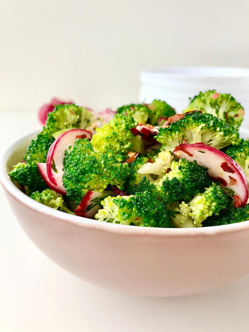 Keto brokolių salotos