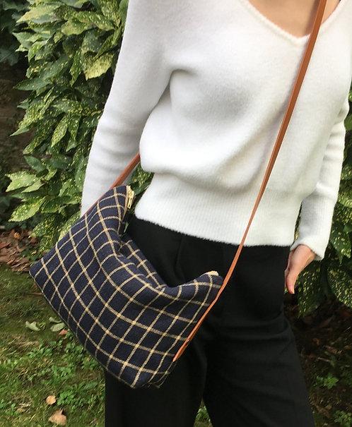 Eléonore, le sac à bandoulière de cuir rivetée