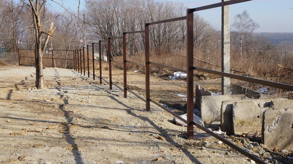 Недорогой забор из профлиста, заборы над